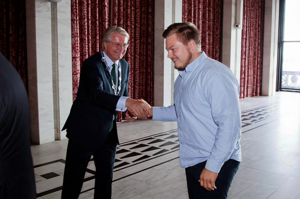 Foto: Sturlason. Ordfører Fabian Stang gratulerer Jørgen Hansen med æresprisen