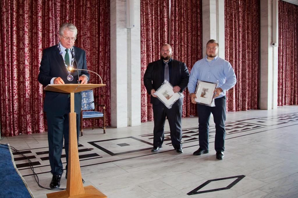 IMG_0057 Foto: Sturlason. Fra venstre: Ordfører Fabian Stang, Martin Borgland Rønning og Jørgen Hansen. Kjell Egil Bakkelund var ikke tilstede.