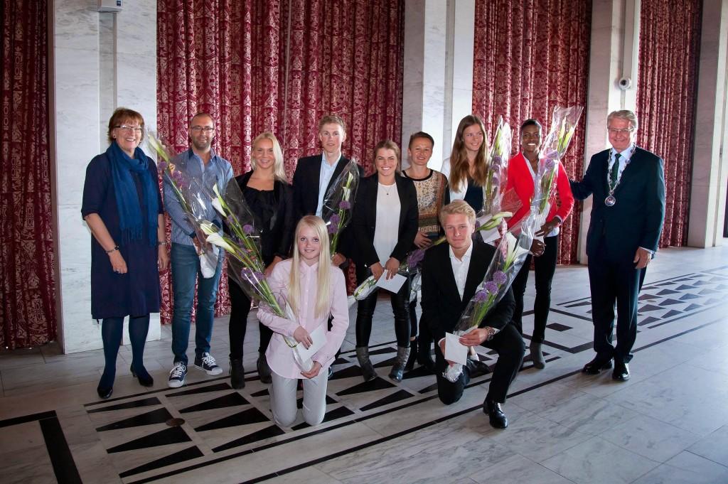 Foto: Sturlason. De heldige som ble tildelt idrettsstipend. Nummer 3 bak fra venstre: Erle Engmark.